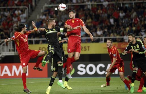 El defensa de la selección española de fútbol Sergio Ramos salta por el balón con Vance Sikov y Nikola Gligorov, de la selección de macedonia. Foto: Kai F