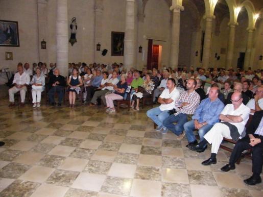 Numeroso público asistió al homenjae de Mossèn Bartomeu.