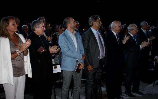 Biel Barceló en el inicio del acto, junto a otras autoridaes y personalidades como el expresidente de la Generalitat José Montilla, los expresidentes del Parlament de Catalunya Ernest Benach y Joan Rigol, el arzobispo de Barcelona, Lluís Martínez Sistach, y la mujer del presidente Artur Mas, Helena Rakòsnik.