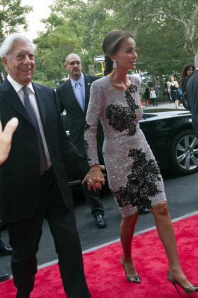 El escritor peruano Mario Vargas Llosa (i) y su novia, Isabel Preysler, asisten a la fiesta de inauguración de la tienda estrella de la empresa española Porcelanosa en Nueva York.