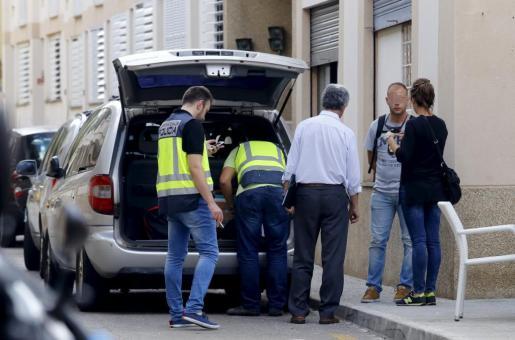 Agentes del Grupo de Atracos y el agente judicial, custodiando el dinero incautado.