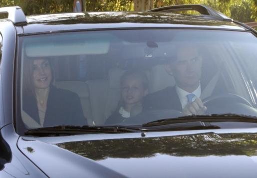 Los Reyes de España, Felipe y Letizia, acompañan a la Princesa Leonor y su hermana, la infanta Sofía, en su primer día del curso escolar en el colegio Santa María de los Rosales de Madrid.