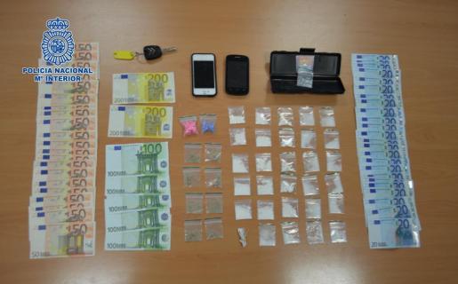 Droga y dinero en efectivo intervenidos por la Policía Nacional de Eivissa.