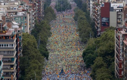 Miles de personas esperan en la avenida Meridiana de Barcelona el comienzo de la Via Catalana, la gran manifestación por la Diada de Catalunya.