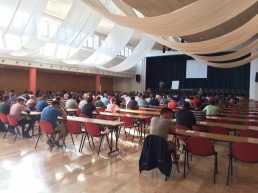 La primera prueba de las oposiciones tiene lugar en la Escuela de Hostelería de la UIB.