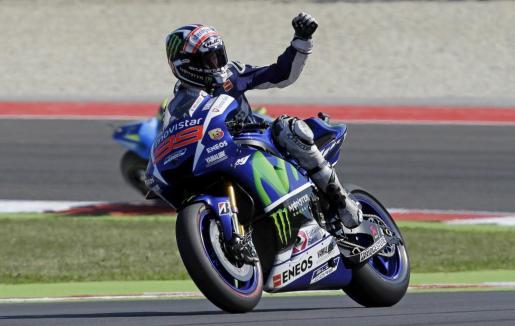 El español Jorge Lorenzo celebra la pole conseguida en Misano Adriático.