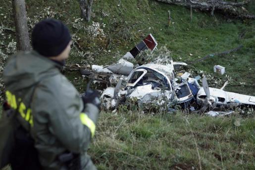 Las autoridades acuden al lugar del accidente de la aeronave.
