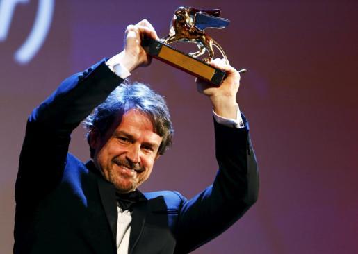 Lorenzo Vigas sostiene el León de Oro.