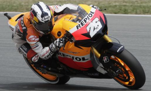 Honda MotoGP rider Dani Pedrosa of Spain powers his motocycle during the qualifying session for the German Grand Prix at the Sachsenring circuit near the eastern German town of Hohenstein-Ernstthal, July 17, 2010. REUTERS/Tobias Schwarz (GERMANY) MOTORCYCLING/PRIX