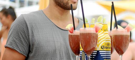 Un camarero lleva una consumición en el Ocean Beach Ibiza.