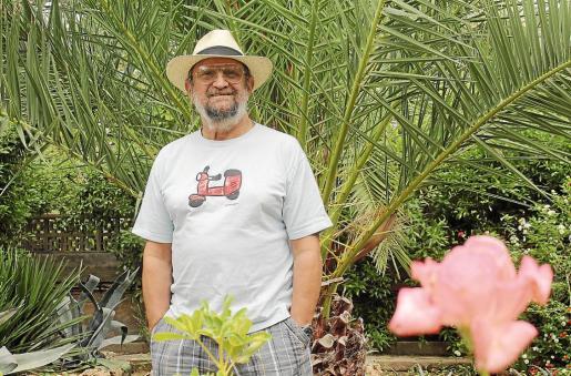 El cantautor Tomeu Penya, retratado en el jardín del domicilio del productor Tolo Servera.