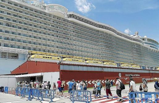 La llegada de megacruceros como el 'Allure of the Seas', el más grande del mundo, con capacidad para mas de 6.000 pasajeros, supone un incremento porcentual sin precedentes.