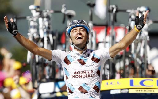 El piloto del equipo AG2R, Christophe Riblon, celebra su victoria en la decimocuarta etapa del Tour de Francia.