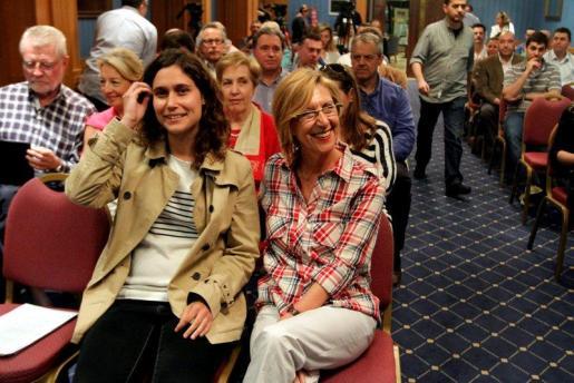 Prieto teme que la nueva facultad sature el mercado. En la imagen, sentada al lado de Rosa Díez.