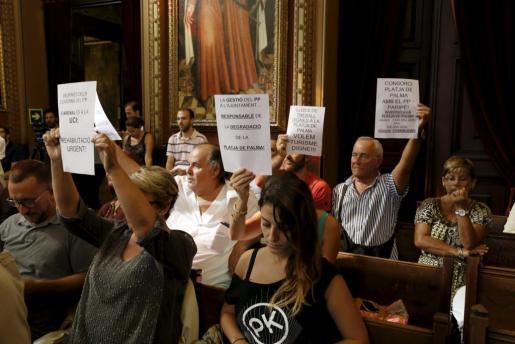 Los vecinos de Platja de Palma exigieron soluciones a gobierno y oposición,