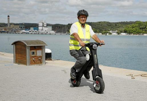 Francisco Huguet montado en el ecoscooty en el puerto de Maó.