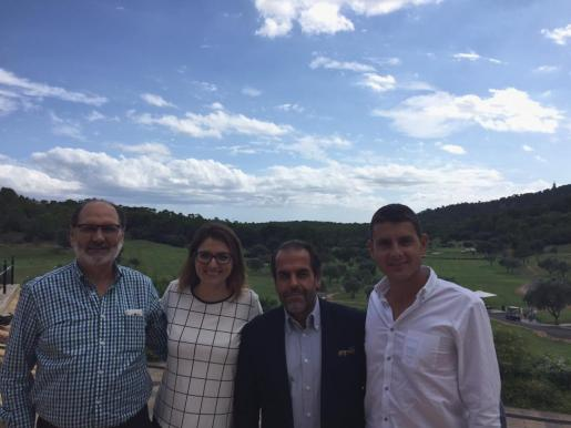 Los formadores Pedro Ángel López, Javier Tallada y Sergi García, acompañados por Lisa Laliscia, cordinadora del programa, en el Golf Son Muntaner.