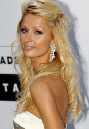 La millonaria estadounidense Paris Hilton posa para los medios a su llegada a la gala benéfica de la AmfAR (Fundación Americana de Investigación para el Sida, por sus siglas en inglés) celebrada dentro del Festival de Cine de Cannes.