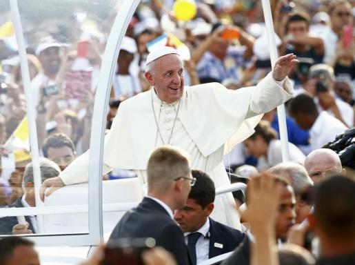El papa Francisco saluda a la multitud en la plaza de la Revolución.