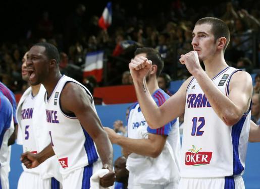 Nando de Colo (d) y Florent Pietrus (i) celebran la victoria ante Serbia.