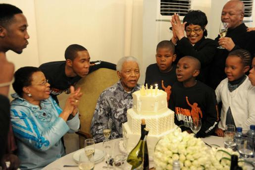 Mandela celebró su 92 cumpleaños rodeado de su esposa, hijos, nietos y biznietos en su casa de Johannesburgo.
