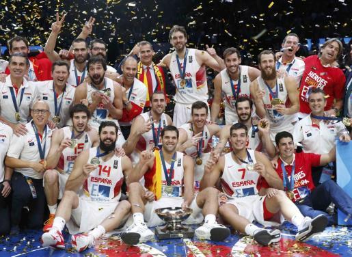 Los jugadores de la selección española posan con el trofeo obtenido.