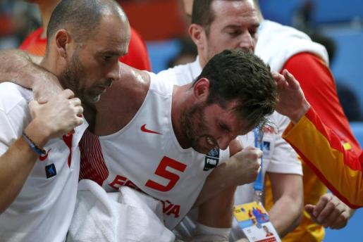 El escolta de la selección española Rudy Fernández se retira tras lesionarse durante el partido de la final.
