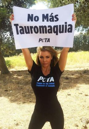 La activista con un cartel contrario a la tauromaquia.
