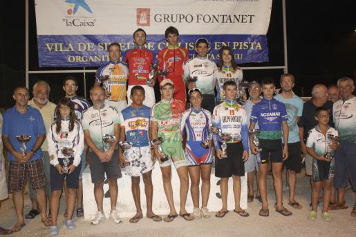 Participantes de la tercera jornada del «Trofeu Vila de Sineu» posan junto a sus trofeos.