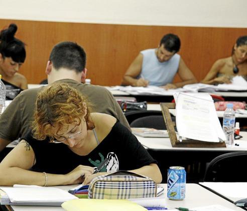 Un grupo de jóvenes estudiando.