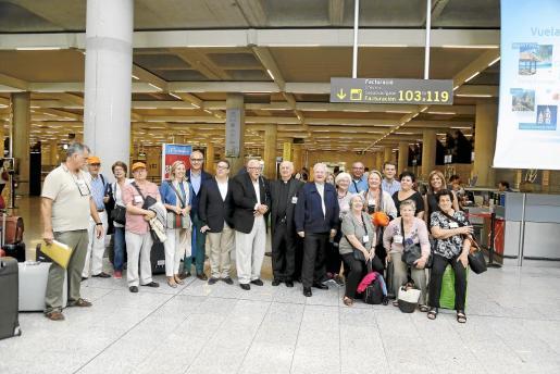 Delegación mallorquina, encabezada por el obispo Javier Salinas, que ha partido este lunes hacia Washington para asistir a la canonización del fraile mallorquín Juníper Serra.