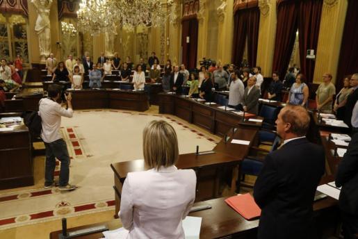 Imagen del momento en el que los parlamentarios guardan el minuto de silencio.