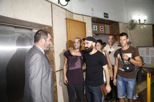 Los cuatro encausados de Bunyola, con su abogado defensor, a la izquierda.