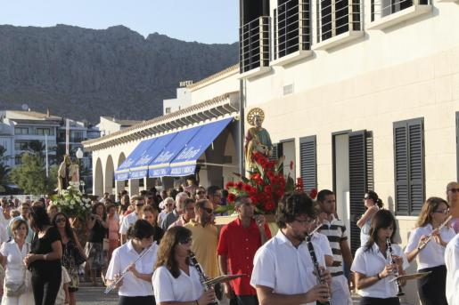 Las tallas de la Mare de Déu del Carme y de Sant Pere recorrieron las calles hasta el Port, donde se embarcaron en aguas del norte.