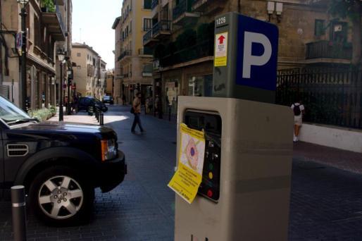 Una máquina de la ORA con el cartel del 'Día sin Coches' en el Passeig de Mallorca.