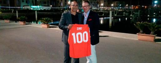 Michael Blum ha viajado a Marruecos para entregar una camiseta del centenario del Real Mallorca al ex portero bermellón, y ahora seleccionador marroquí, Ezaki Badou.