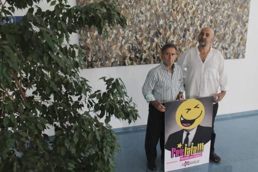 El regidor Miquel Perelló y el cantautor y humorista Riki López durante la presentación de la séptima edición del festival Fes JaJa.