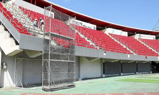 El RCD Mallorca ha comenzado a instalar las nuevas gradas en el fondo norte de Son Moix.