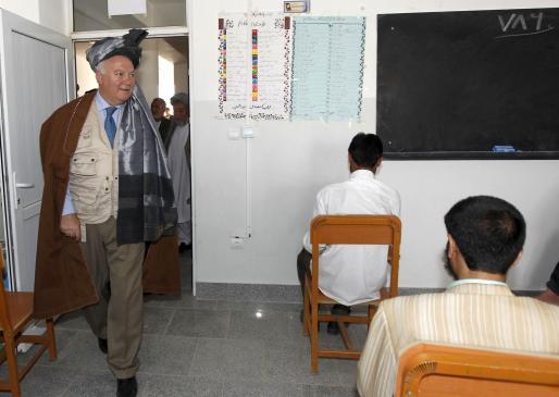 Moratinos, con «longui» (turbante de gala) y el «chapan» marrón (manto de mando), inauguró un centro educativo en Qala I Naw.