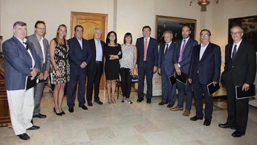 Una delegación de la Federación Empresarial Hotelera de Mallorca se ha reunido este miércoles con la presidenta del Govern, Francina Armengol.
