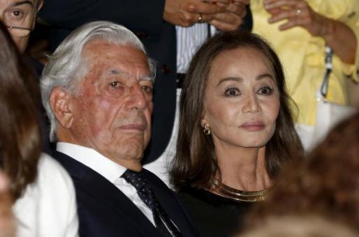 """El escritor Mario Vargas Llosa y su pareja, Isabel Preysler, en la inauguración de la temporada en el Teatro Real, que ha comenzado con la ópera """"Roberto Devereux"""", de Donizetti, una pieza sobre Isabel I de Inglaterrra y la corte de los Tudor, en un montaje de la Welsh National Opera."""