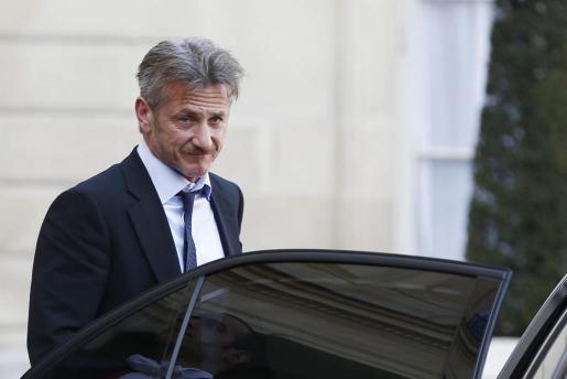 El actor y director estadounidense Sean Penn abandona el Palacio del Elíseo tras una reunión con el presidente francés, François Hollande, en París (Francia), el pasado mes de febrero.