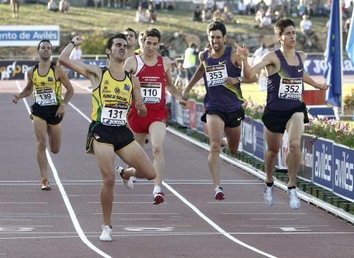 Imagen de la llegada de los 800 metros con Kevin López (131), Luis Alberto Marco (352) y David Bustos (110), ayer.