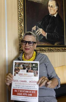 La creadora del IMVF, ayer en Sant Josep con el cartel que anuncia el curso para estudiantes. Foto: DANIEL ESPINOSA
