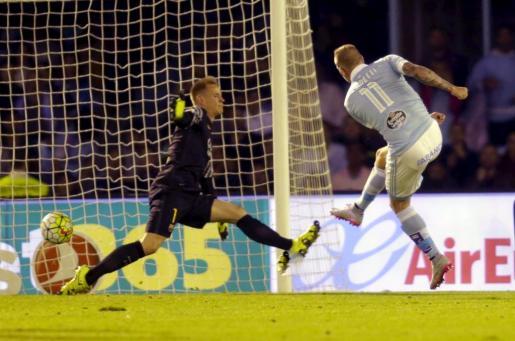 Celta Vigo's John Guidetti (R) scores a goal at Barcelona's goalkeeper Ter Stegen during their Spanish first division soccer match at Balaidos stadium in Vigo, Spain September 23, 2015. REUTERS/Miguel Vidal SOCCER-SPAIN/