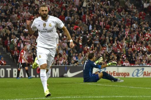 El delantero francés del Real Madrid Karim Benzemá celebra el gol marcado ante el Athletic, el primero del equipo,durante el partido correspondiente a la quinta jornada disputado en el campo bilbaino de San Mamés.