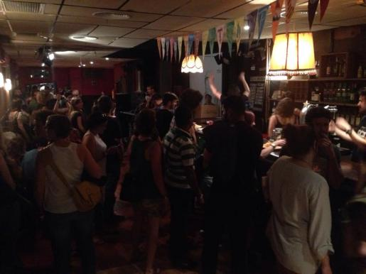 Además de espectáculos, la Sala Trampa cuenta con un servicio de bar y cafetería.