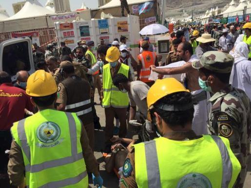 Los servicios de emergencias atienden a los heridos.