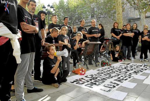 La familia y amigos de David Grimaldos, durante una de las concentraciones contra el exalcalde.