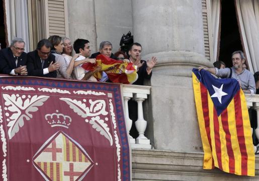 El líder de ERC en el Ayuntamiento de Barcelona, Alfred Bosch (2d), y el del PPC, Alberto Fernández Díaz (3d), durante el rifirrafe que ambos han protagonizado este jueves en el balcón del consistorio.